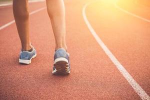 pés de corredor no estádio de corrida foto