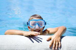 menino na piscina foto