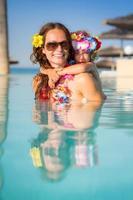 família na piscina foto