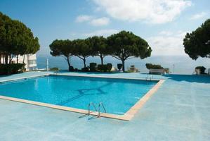 piscina com vista para o mar foto