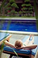 mulher perto de uma piscina