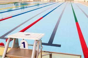 piscina ao ar livre e pistas claramente marcadas foto