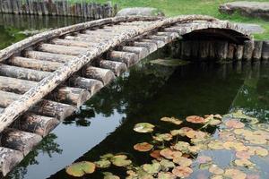 ponte de madeira atravessar a piscina foto