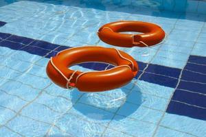 duas bóias de vida na piscina foto