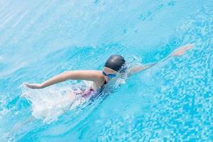 mulher de óculos de natação estilo de rastreamento frontal foto
