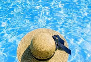 mulher relaxando em uma piscina foto