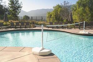 piscina de luxo no resort de montanha foto