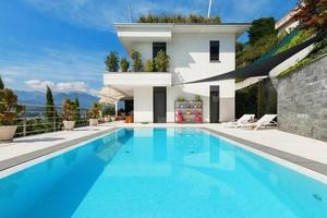 casa branca com piscina foto