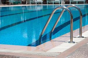 piscina com escada no centro esportivo foto