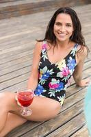 mulher bonita em trajes de banho relaxante foto