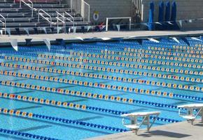 grande piscina com várias pistas foto