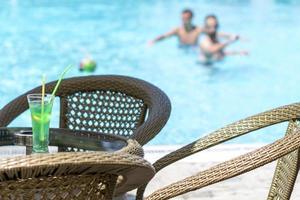 bebida gelada relaxante e banhos de sol foto