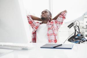 empresário casual relaxado, inclinando-se para trás foto