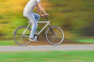 ciclista em movimento borrado foto