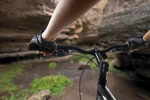 ciclista de bicicleta de montanha andando em pista única. foto