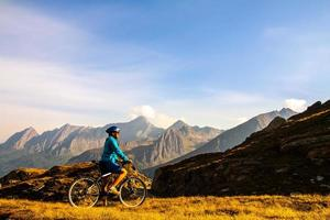 mulher de ciclista em montanhas hight foto