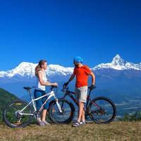 família de motociclista nas montanhas do Himalaia, região de anapurna foto