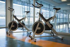 bicicletas de giro no estúdio de fitness foto