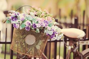 a cesta de bicicleta com rosas foto