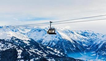 estância de esqui de montanhas. bonde, bondinho. inverno nos Alpes suíços foto