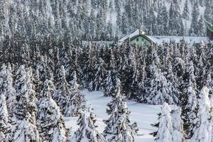 pequena casa no alto das montanhas foto
