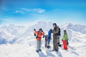 praticantes de snowboard nas montanhas foto