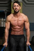 ajuste atleta fazendo exercício em barras paralelas