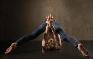 jovem e elegante dançarina moderna em fundo cinza foto