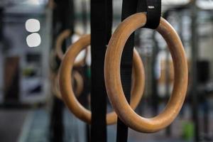 anéis de ginástica no ginásio foto