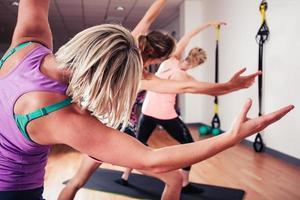 mulheres, estendendo-se no ginásio