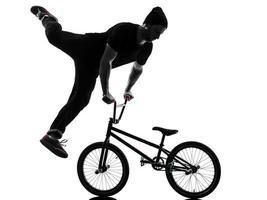 silhueta de figura acrobática de homem bmx
