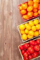 tomates coloridos na mesa de madeira