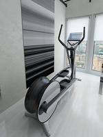 bicicleta ergométrica no ginásio foto