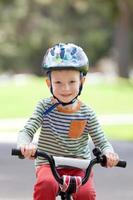 criança andando de bicicleta foto