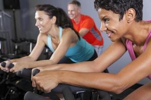 exercitar a aula de ginástica no ginásio foto