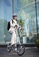 empresária com bicicleta dobrável foto