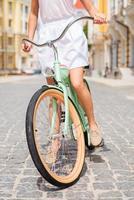 explorando a cidade de bicicleta.