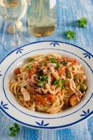 massa italiana com frutos do mar e molho de tomate foto