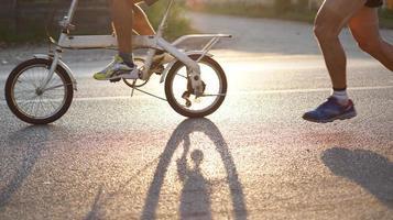 Resumo de bicicleta e corrida no sol da manhã foto