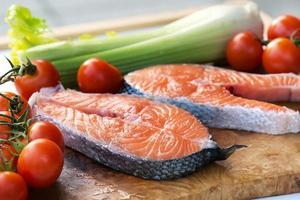 bifes de costeleta de salmão cru foto