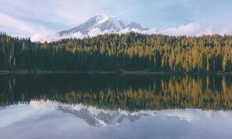 pôr do sol no lago de reflexões / mt. chuvoso