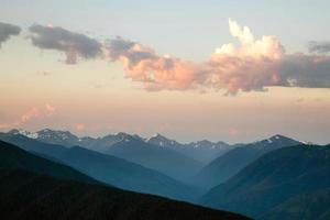 dramático céu cloudscape sobre montanhas olímpicas de cume de furacão