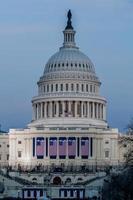 cúpula do capitólio dos EUA com bandeiras de inauguração foto
