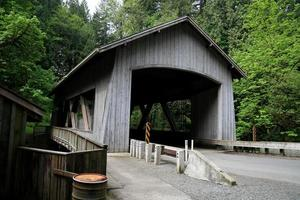 ponte coberta sobre cedro creek foto