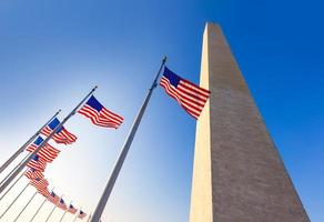 monumento de washington e bandeiras americanas