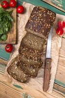pão integral com sementes de girassol e deliciosos legumes frescos foto