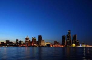 skyline de noite sob luz azul