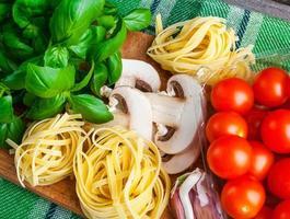 mesa de cozinha com ingredientes frescos foto