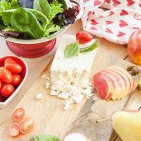 preparando salada com ingredientes frescos foto