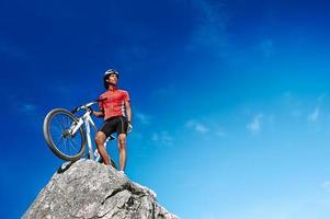 ciclista chegou ao topo foto